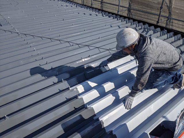 アパートの屋根の上塗り